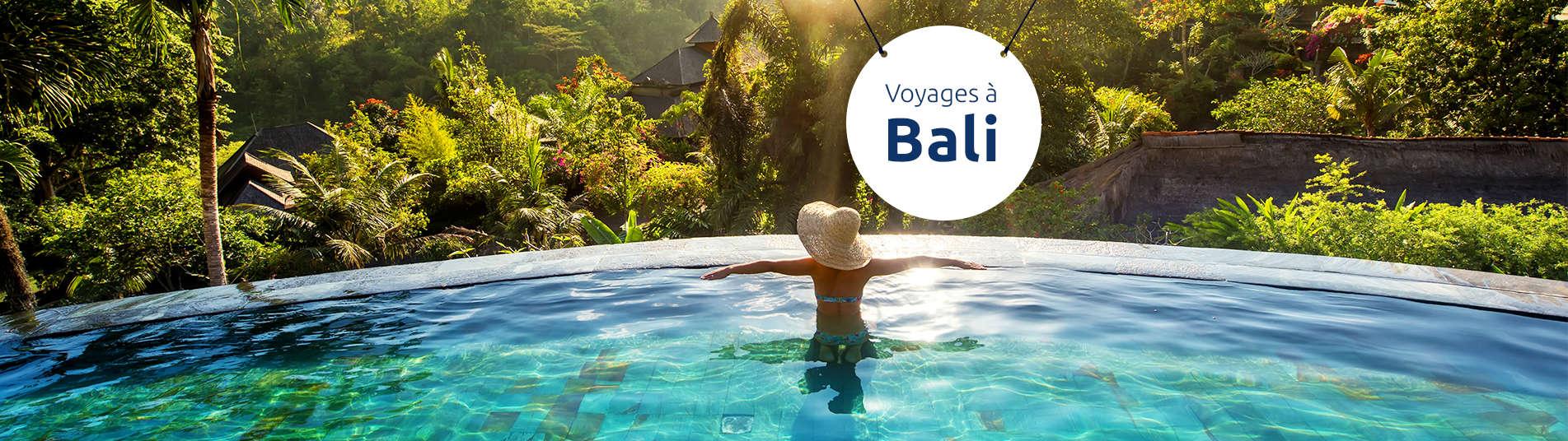 Femme de dos dans une piscine à Bali