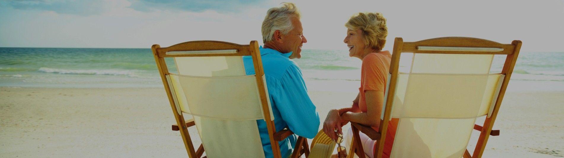 couple de seniors sur la plage
