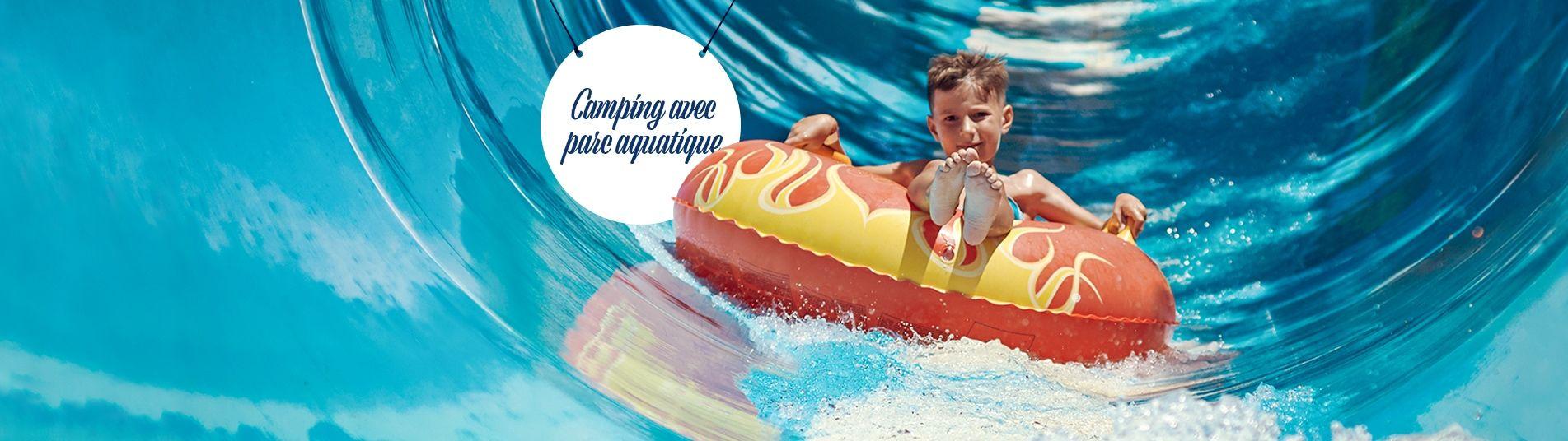 Petit garçon dans un toboggan aquatique